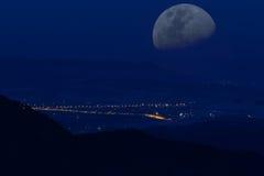 Luna del valle de la noche de las montañas Fotografía de archivo libre de regalías