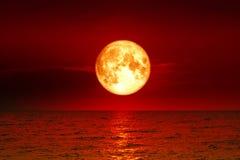 Luna della razza pura e luce di luna eccellenti sopra il fiume Fotografia Stock Libera da Diritti