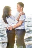 Luna di miele delle coppie alla spiaggia Fotografie Stock