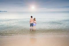 Luna di miele romantica di viaggio coppie posteriori di vista delle giovani sulla spiaggia Fotografia Stock Libera da Diritti