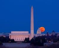 Luna di raccolta che aumenta sopra Campidoglio in Washington DC Immagine Stock