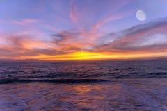 Luna di tramonto dell'oceano Immagine Stock Libera da Diritti