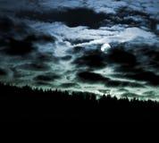 Luna e cloudscape alla notte Immagine Stock