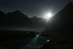 Luna e fiume di notte fotografia stock
