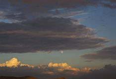 Luna e le nuvole scure Immagine Stock