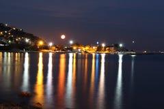 Luna e mare dell'isola Fotografia Stock