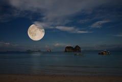 Luna e mare tropicale Fotografia Stock