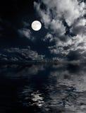 Luna e nubi sopra il mare alla notte fotografie stock libere da diritti