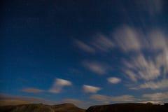 Luna e nuvole del cielo notturno Fotografie Stock