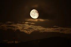 Luna e torretta della TV. Fotografia Stock