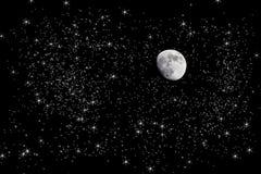 Luna en cielo nocturno estrellado Imagenes de archivo