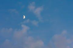 Luna en el cielo azul con las nubes rosadas Imagen de archivo libre de regalías