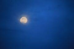 Luna en el cielo nocturno Fotos de archivo