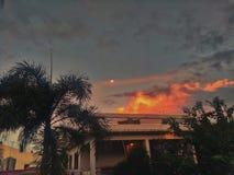 luna en la salida del sol Fotos de archivo libres de regalías