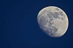 Luna en un fondo azul imagenes de archivo