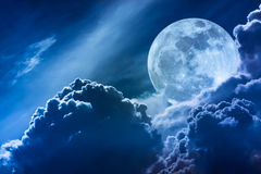 Luna estupenda Cielo de la noche con las nubes y la Luna Llena brillante con Foto de archivo