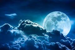 Luna estupenda Cielo de la noche con las nubes y la Luna Llena brillante con Fotografía de archivo
