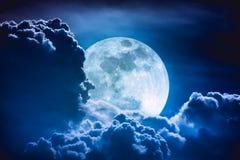 Luna estupenda Cielo de la noche con las nubes y la Luna Llena brillante con Fotos de archivo