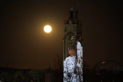 Luna estupenda de observación en el puerto viejo de Montreal Fotos de archivo libres de regalías