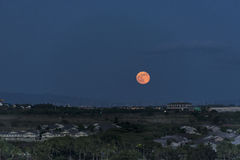 Luna estupenda que sube el 12 de agosto de 2014 sobre Honolulu, Hawaii Fotografía de archivo