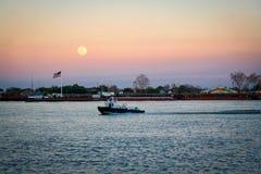 Luna hermosa y grande, río Misisipi en New Orleans, Louisi Imagenes de archivo