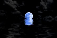 Luna Llena azul marino en nube con la reflexión del agua Foto de archivo