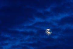 Luna Llena brillante en cielo azul con las nubes Fotografía de archivo