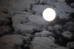 Luna Llena con las nubes sobre el cielo del negro oscuro Imagen de archivo libre de regalías