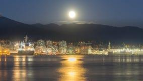 Luna Llena con opiniones de la ciudad Fotos de archivo