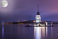 Luna Llena de la torre de Estambul del bosphorus del kiz del pavo virginal del kulesi Fotos de archivo