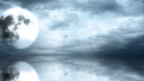 Luna Llena en el cielo nublado con la reflexión en agua