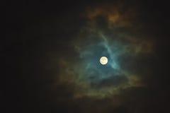 Luna Llena en el cielo nublado dramático imagenes de archivo