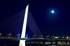 Luna Llena en el puente de la bahía de Shenzhen Foto de archivo