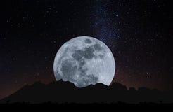 Luna Llena en la noche con las estrellas con el césped del vidrio de la silueta Fondo de la Luna Llena Imagenes de archivo