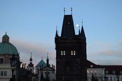 Luna Llena en la torre vieja del puente de la ciudad de Charles Bridge en Praga Fotografía de archivo libre de regalías