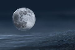 Luna Llena en las ondas de océano. Imagenes de archivo