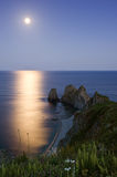 Luna Llena en rocas del cabo cuatro Imagen de archivo