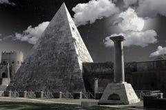 Luna Llena encima de la pirámide Fotografía de archivo libre de regalías