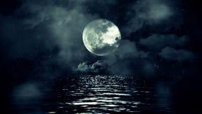 Luna Llena fantástica con la noche estrellada que refleja sobre el agua con las nubes y la niebla
