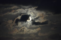 Luna Llena nublada en la noche Fotos de archivo