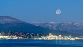 Luna Llena por la tarde del invierno Foto de archivo