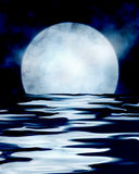 Luna Llena que refleja en el mar Imagen de archivo libre de regalías