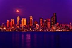 Luna Llena que se levanta sobre Seattle Imagenes de archivo