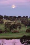 Luna Llena que sube en la oscuridad Fotografía de archivo