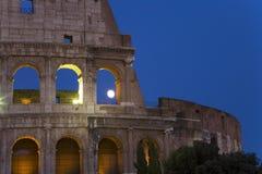 Luna Llena que sube sobre el Colosseum o Roman Coliseum en la oscuridad, originalmente Flavian Amphitheatre, un amphitheatre elíp Fotografía de archivo libre de regalías