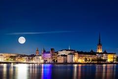 Luna Llena que sube sobre la Estocolmo Fotos de archivo libres de regalías