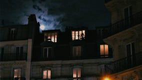 Luna Llena sobre Champs-Elysees París Francia que construye ventanas iluminadas almacen de video