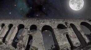 Luna Llena sobre el acueducto romano Imagen de archivo libre de regalías