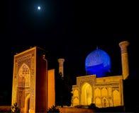 Luna Llena sobre el mausoleo del emir de Gur-e de Tamerlán en la noche - Samarkand, Uzbekistán foto de archivo