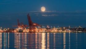 Luna Llena sobre el puerto de Vancouver, Canadá Foto de archivo libre de regalías